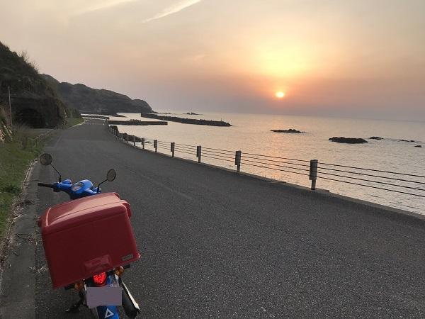 日本海の夕日とスーパーカブ